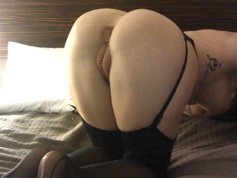 Брюнетка в черных чулках позирует перед камерой в новогоднюю ночь секс фото и порно фото