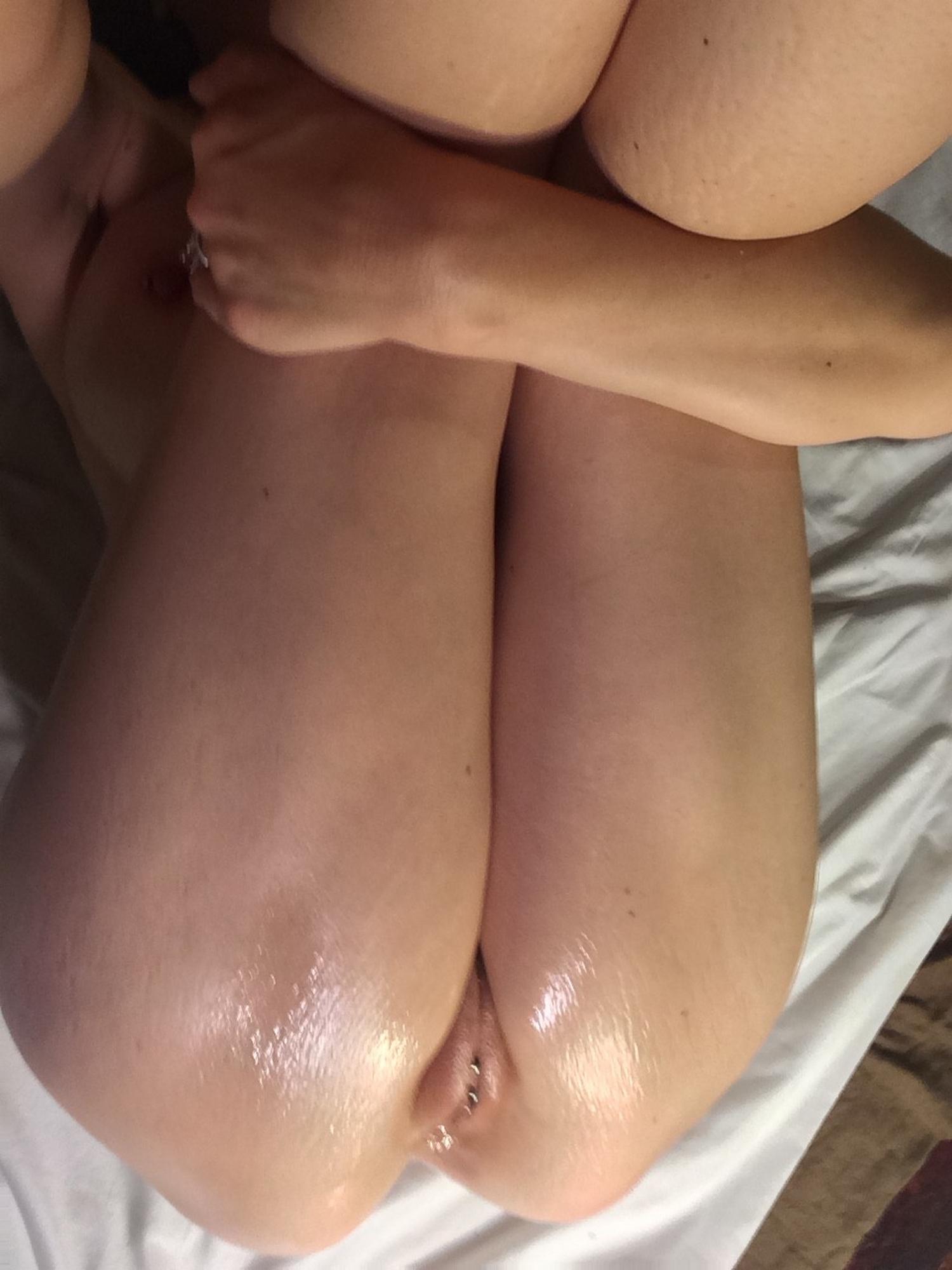 Милашка демонстрирует свою пизду крупным планом секс фото и порно фото
