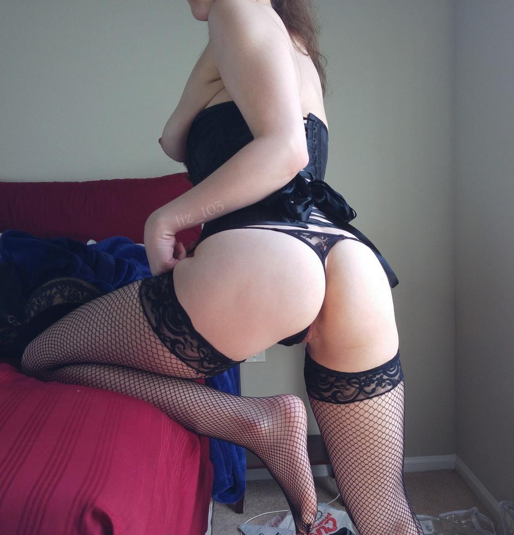 Тёлки в чулках хвастаются стройными ножками секс фото и порно фото