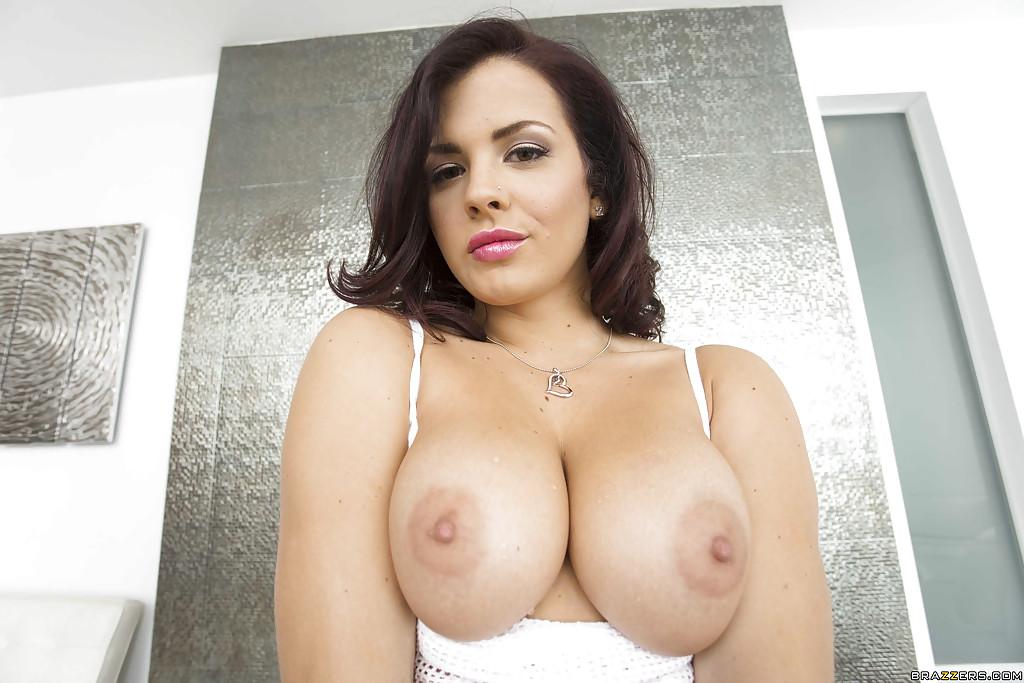 Грудастая красотка ласкает киску на массажной койке секс фото и порно фото