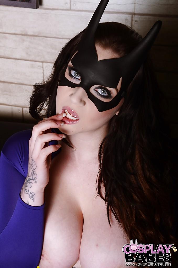Грудастая тёлка в костюме супер героя позирует на камеру секс фото и порно фото