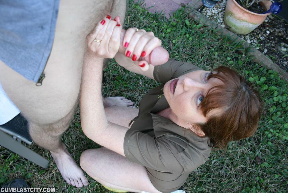 Зрелая женщина дрочит член парня на улице до оргазма секс фото и порно фото
