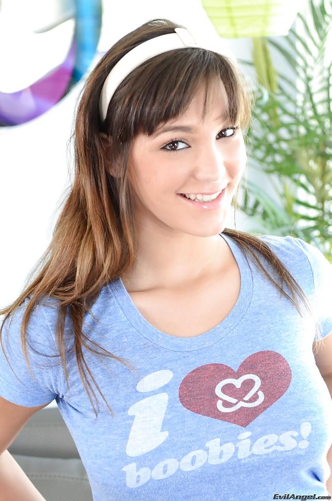 Молодая красотка с белоснежной улыбкой демонстрирует своё тело на камеру секс фото и порно фото