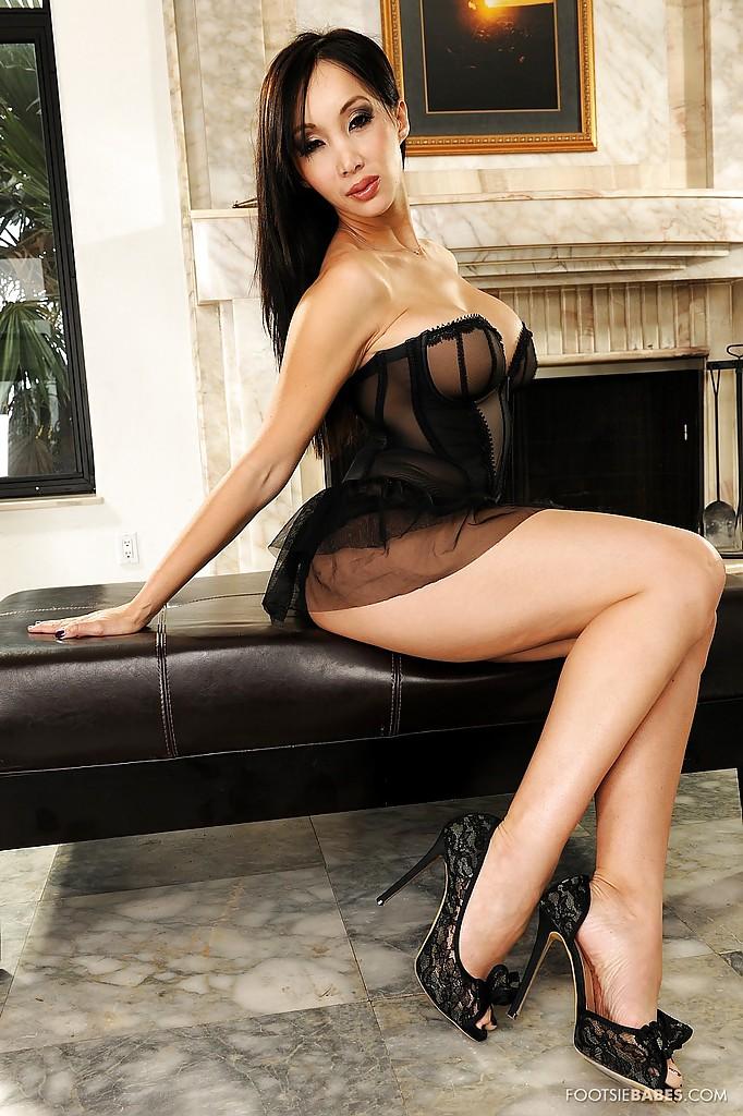 Зрелая азиатка демонстрирует своё тело на камеру секс фото и порно фото