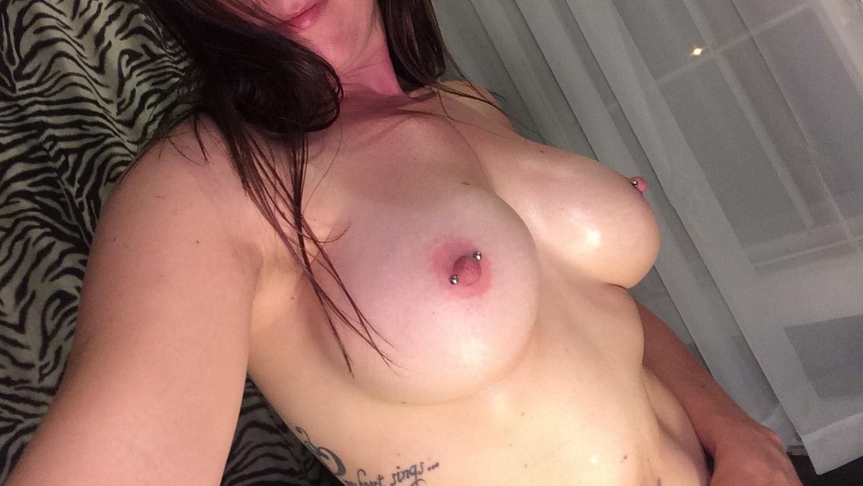 Спортивная брюнетка с силиконовыми сиськами раздевается у зеркала секс фото и порно фото