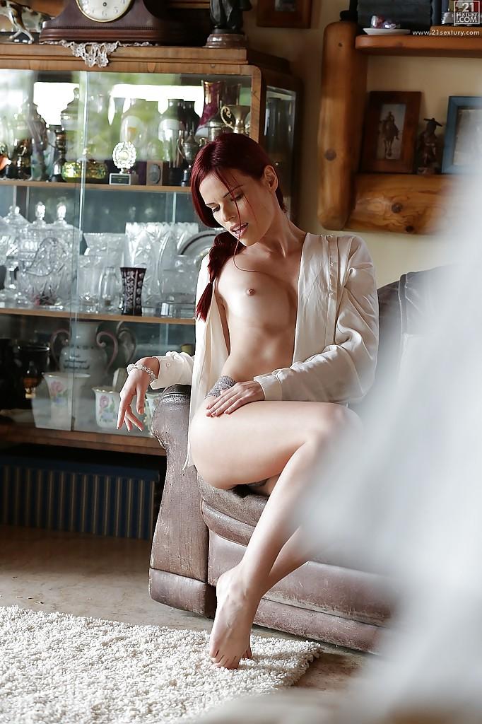 Красивая эротика с рыжей девушкой в белой рубашке секс фото и порно фото