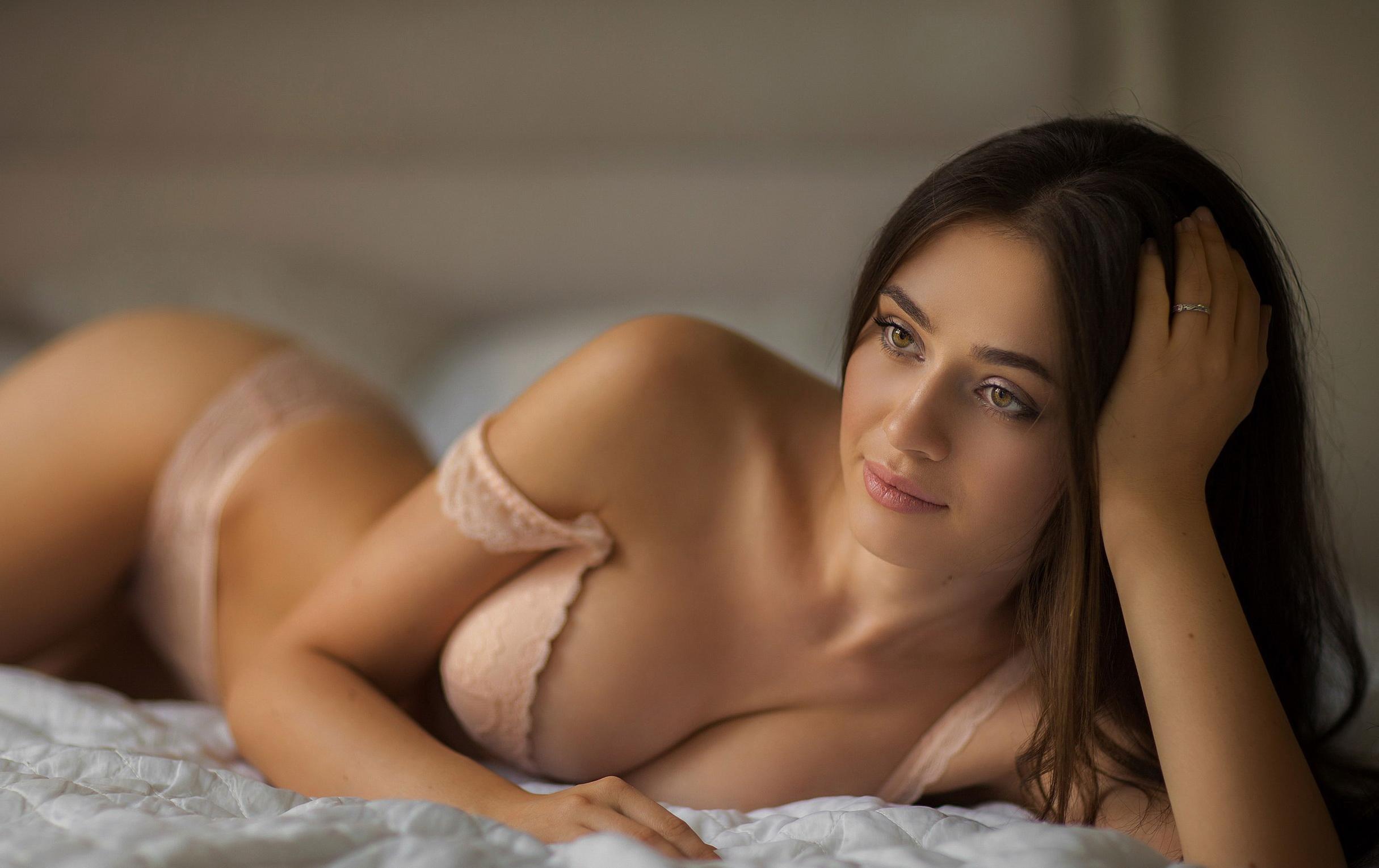 Эротика на постели от молодых жен в трусиках и голом виде секс фото и порно фото