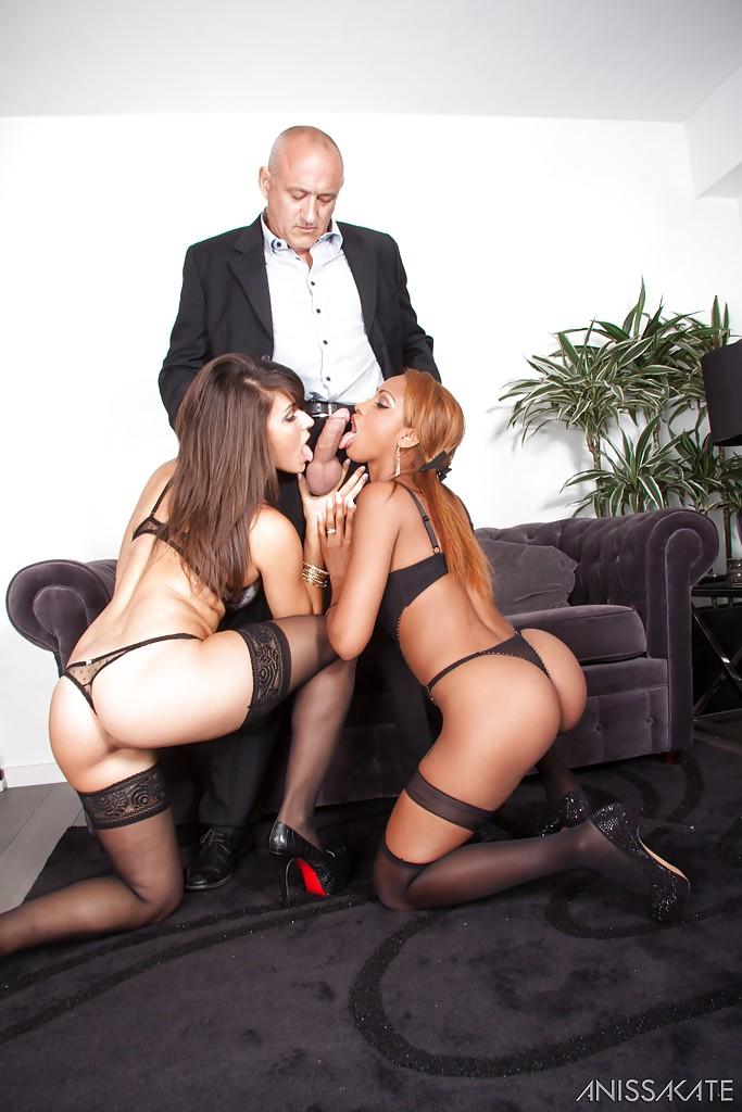 Две сучки Katia De Lys и Stella Lacroix сосут член одному негру секс фото и порно фото