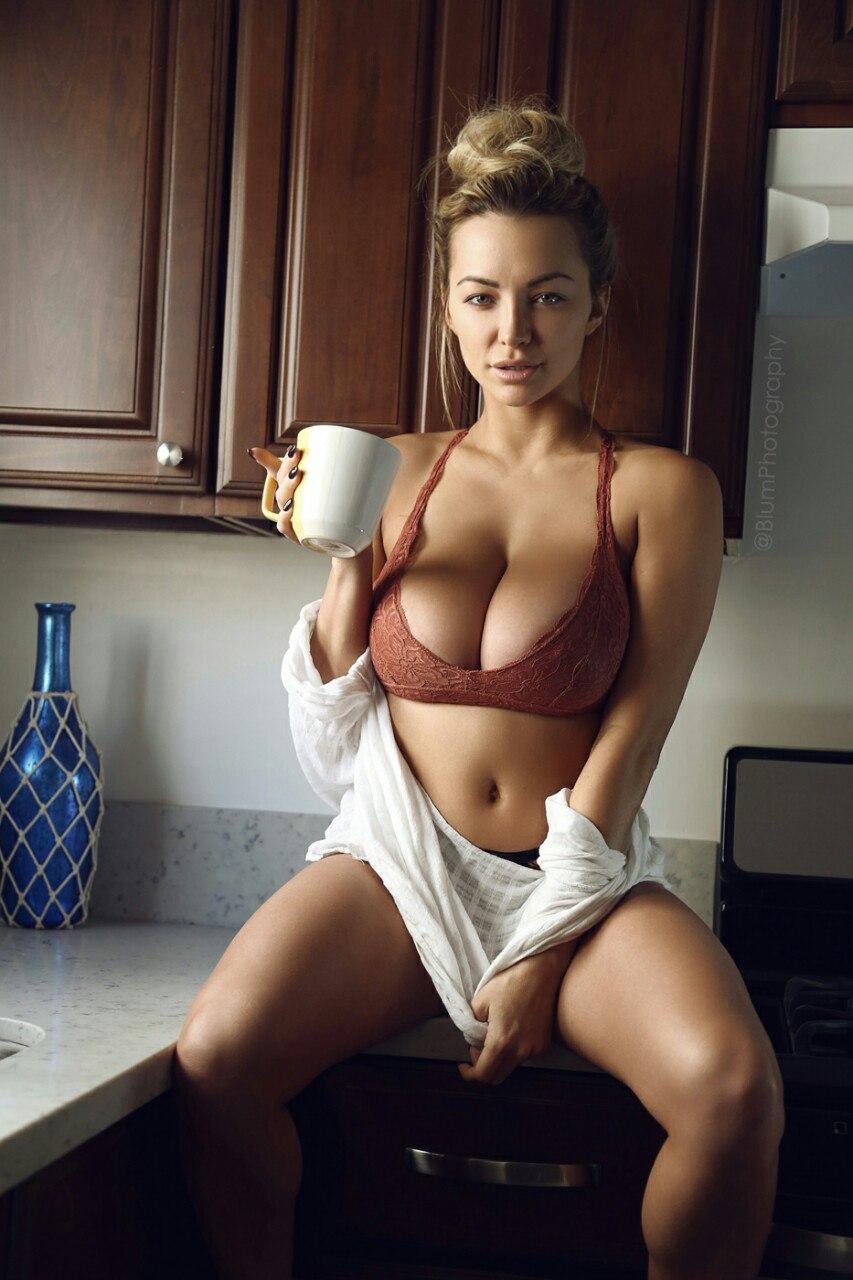Сексуальные домохозяйки и домработницы раздеваются на кухне секс фото и порно фото