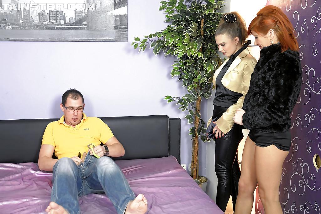Johane Johansson и Lucy Bell ебутся с очкастым программистом секс фото и порно фото