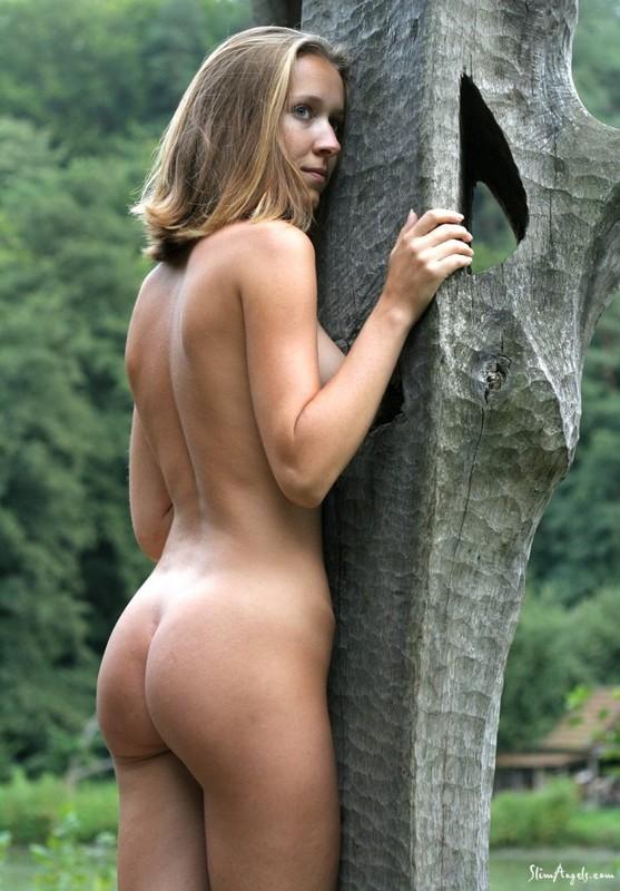 Русская телка с серыми глазами раздевается на лавке в лесу секс фото и порно фото