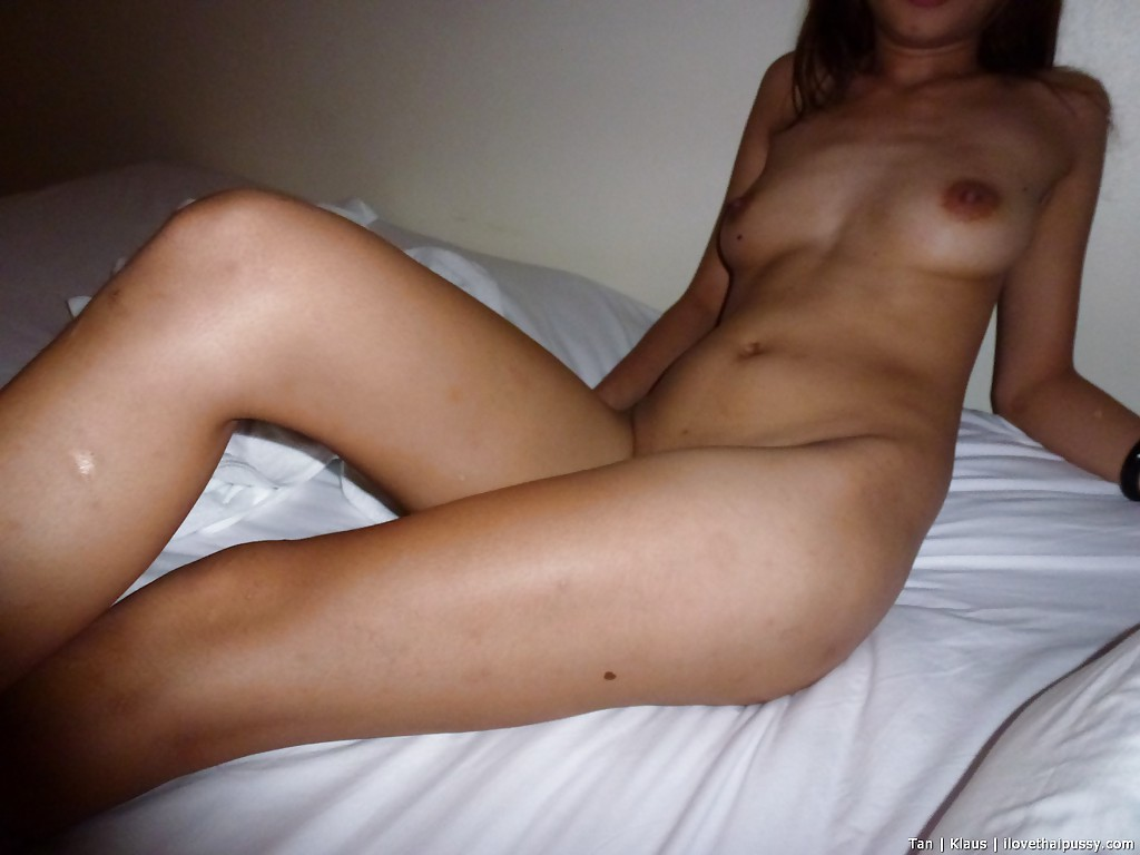 Рыжая тайка насаживается бритой писей на член в презервативе секс фото и порно фото