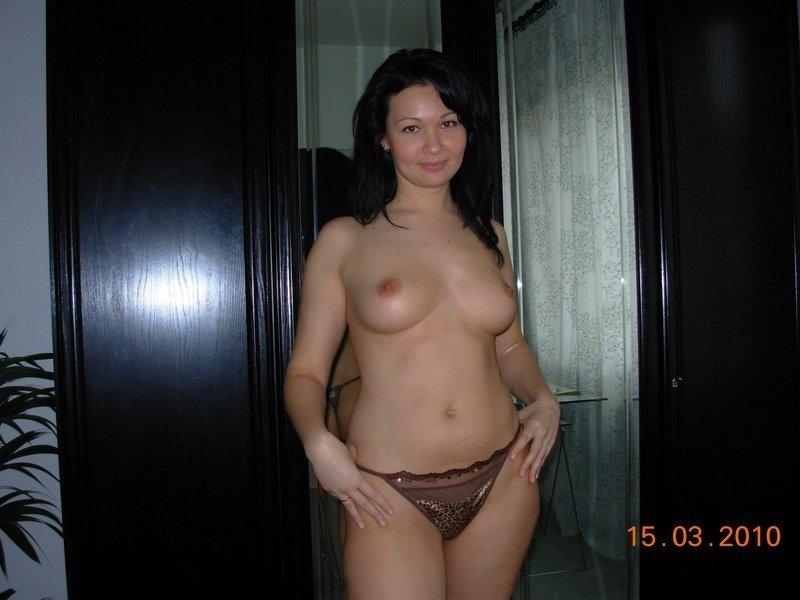 Домашние телки с голыми сиськами позируют в сексуальных нарядах секс фото и порно фото