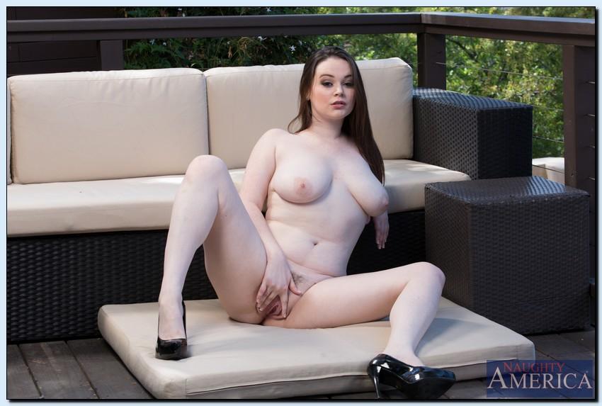 Сисястая пышечка раздевается и дрочит письку на свежем воздухе секс фото и порно фото