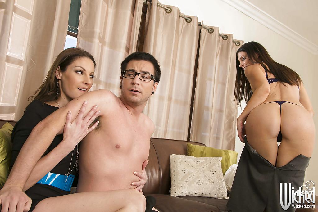 Мамки наперебой сосут большой пенис очкарика и трахаются секс фото и порно фото