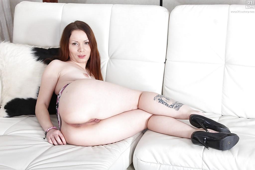 Милашка демонстрирует дырки промежности и приглашает к сексу секс фото и порно фото