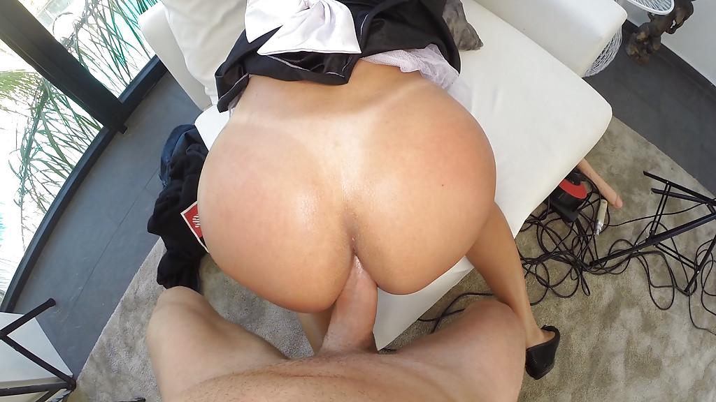 Толстожопую горничную трахают в очко и кормят спермой секс фото и порно фото