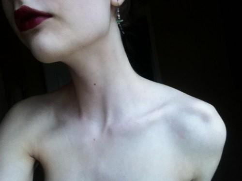 Гибкая девушка с милым пушком на лобке позирует дома секс фото и порно фото