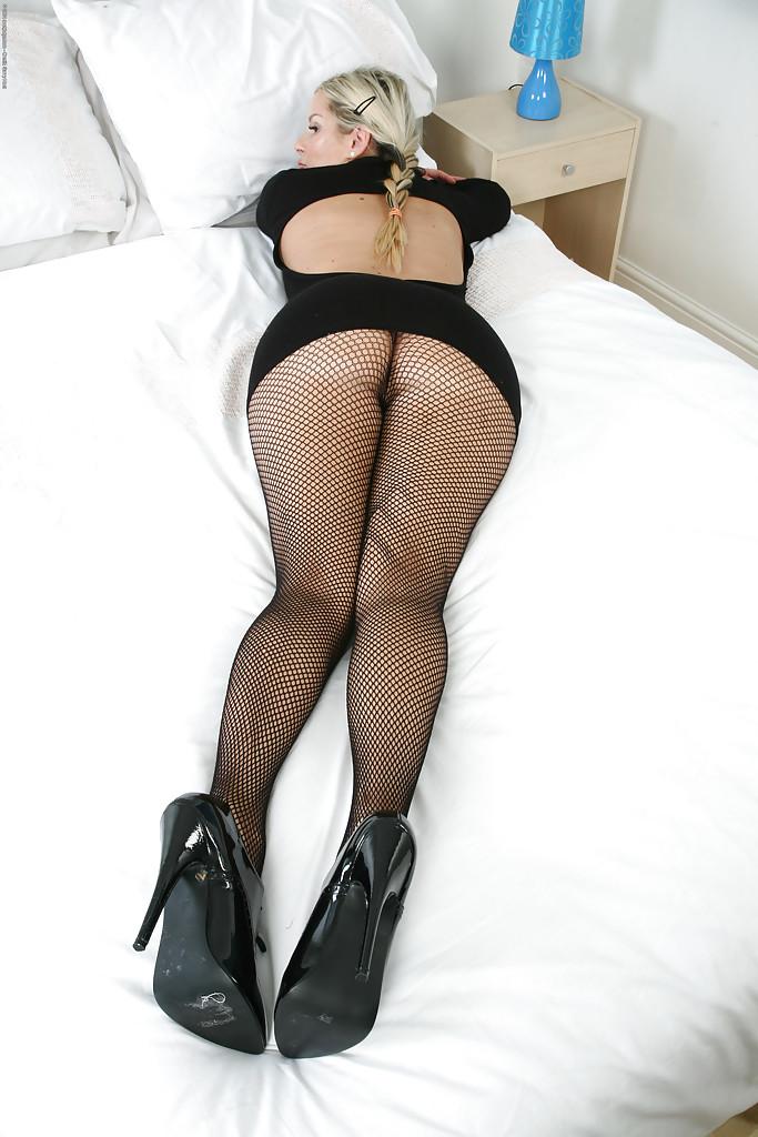 Пухлая мамаша позирует в колготках и показывает титьки секс фото и порно фото