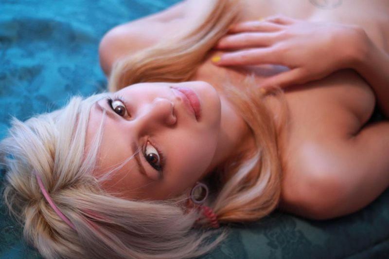 Русская блондинка позирует и мечтает о пенисе негра секс фото и порно фото