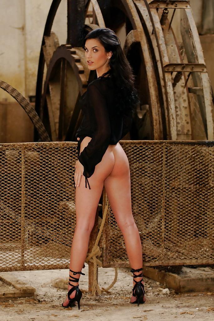 Эро-модель с пирсингом на пупке демонстрирует точеные формы тела секс фото и порно фото