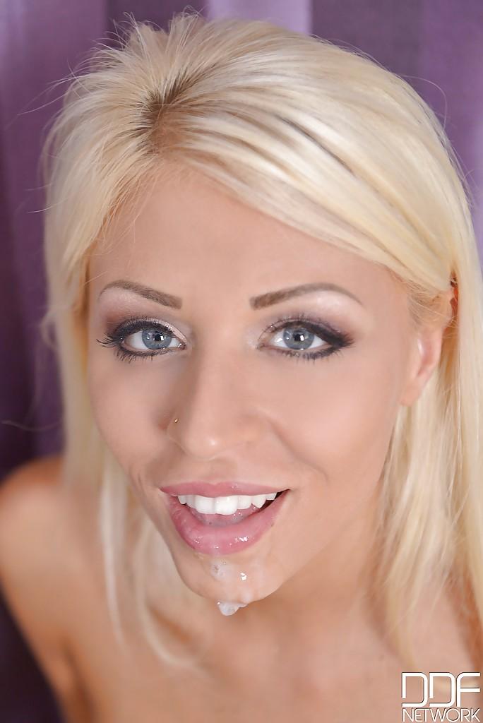 Блондинка отсасывает член в глори холл и смакует сперму секс фото и порно фото
