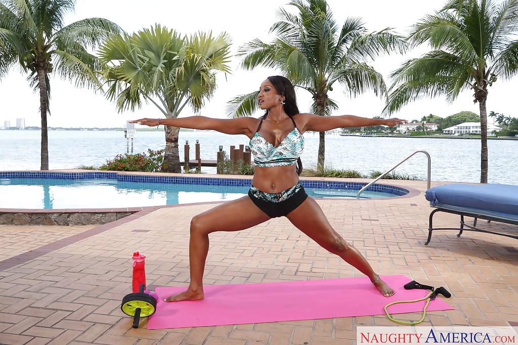 Чернокожая инструкторша по йоге показывает свои прелести у бассейна секс фото и порно фото
