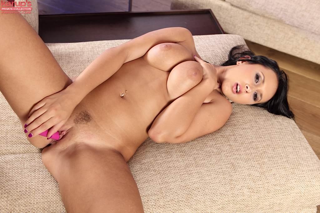Красотка сосет розовый дилдо и дрочит им холеную писю секс фото и порно фото