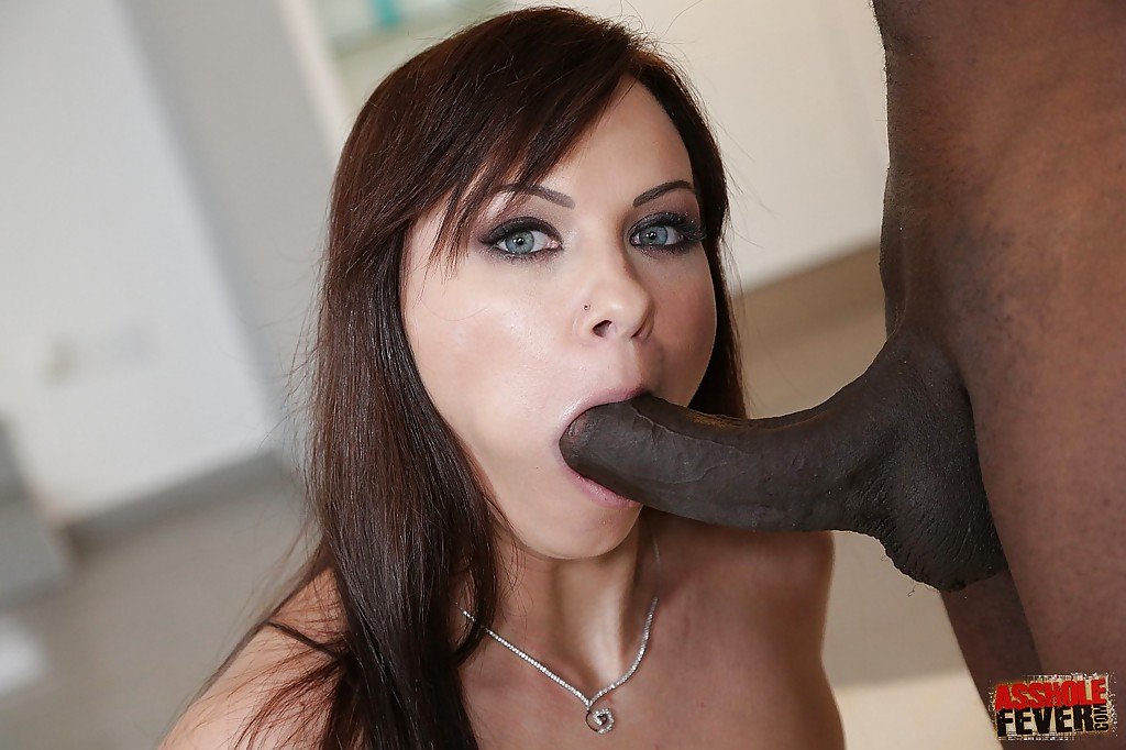 Милашка глубоко заглатывает черный пенис и трахается в очко секс фото и порно фото