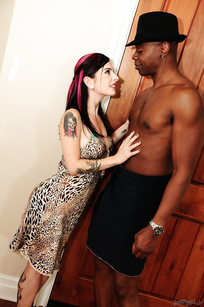 Негр дрючит вагину и очко мамы с розовыми прядями на лестнице секс фото и порно фото