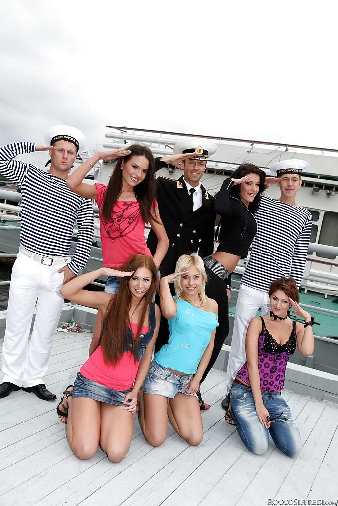 Бесшабашная оргия моряков с портовыми девками секс фото и порно фото