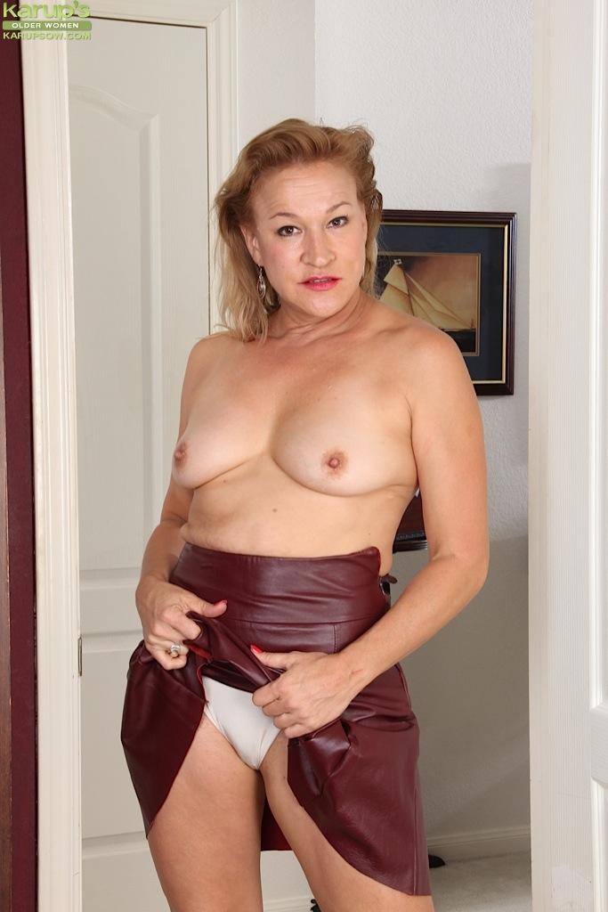 Зрелая извращенка Sabina Wexler раздевается на пороге комнаты секс фото и порно фото