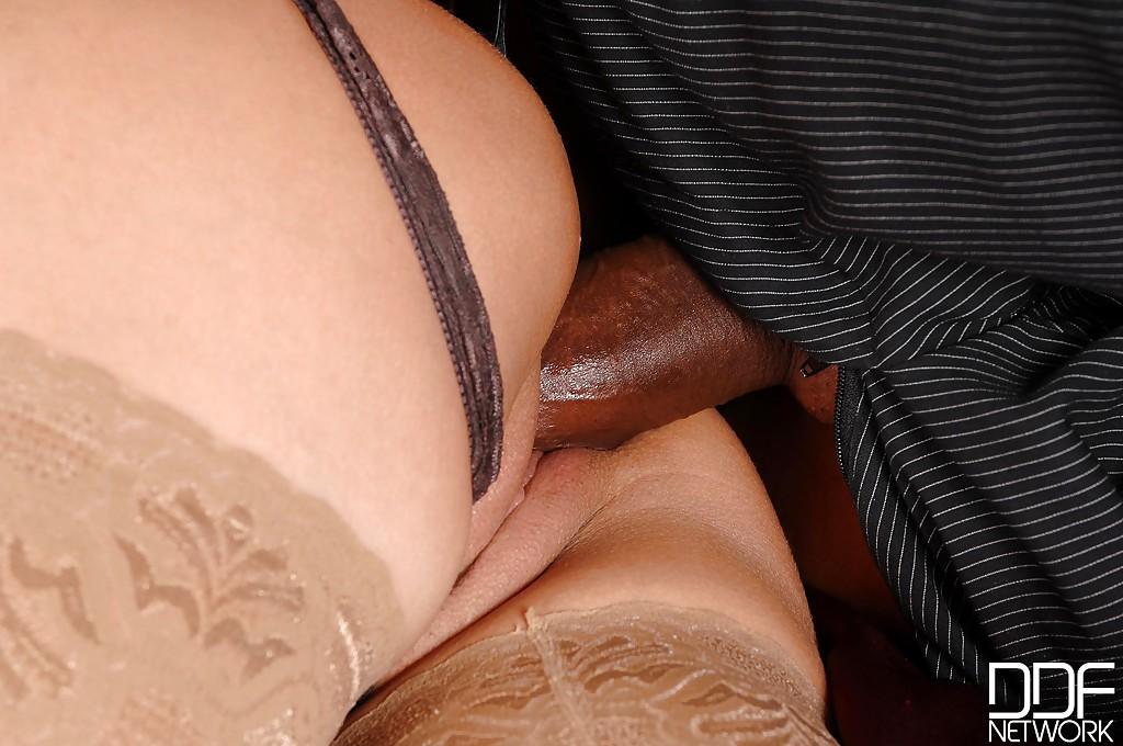 Негр дрючит мамочку Sensual Jane между больших сисек и в щелку секс фото и порно фото