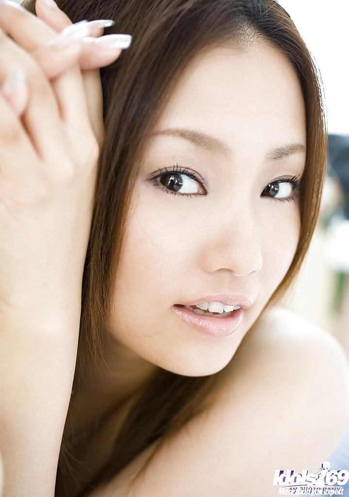 Красивая японка Rika Aiuchi вытащила из платья натуральные сиськи секс фото и порно фото