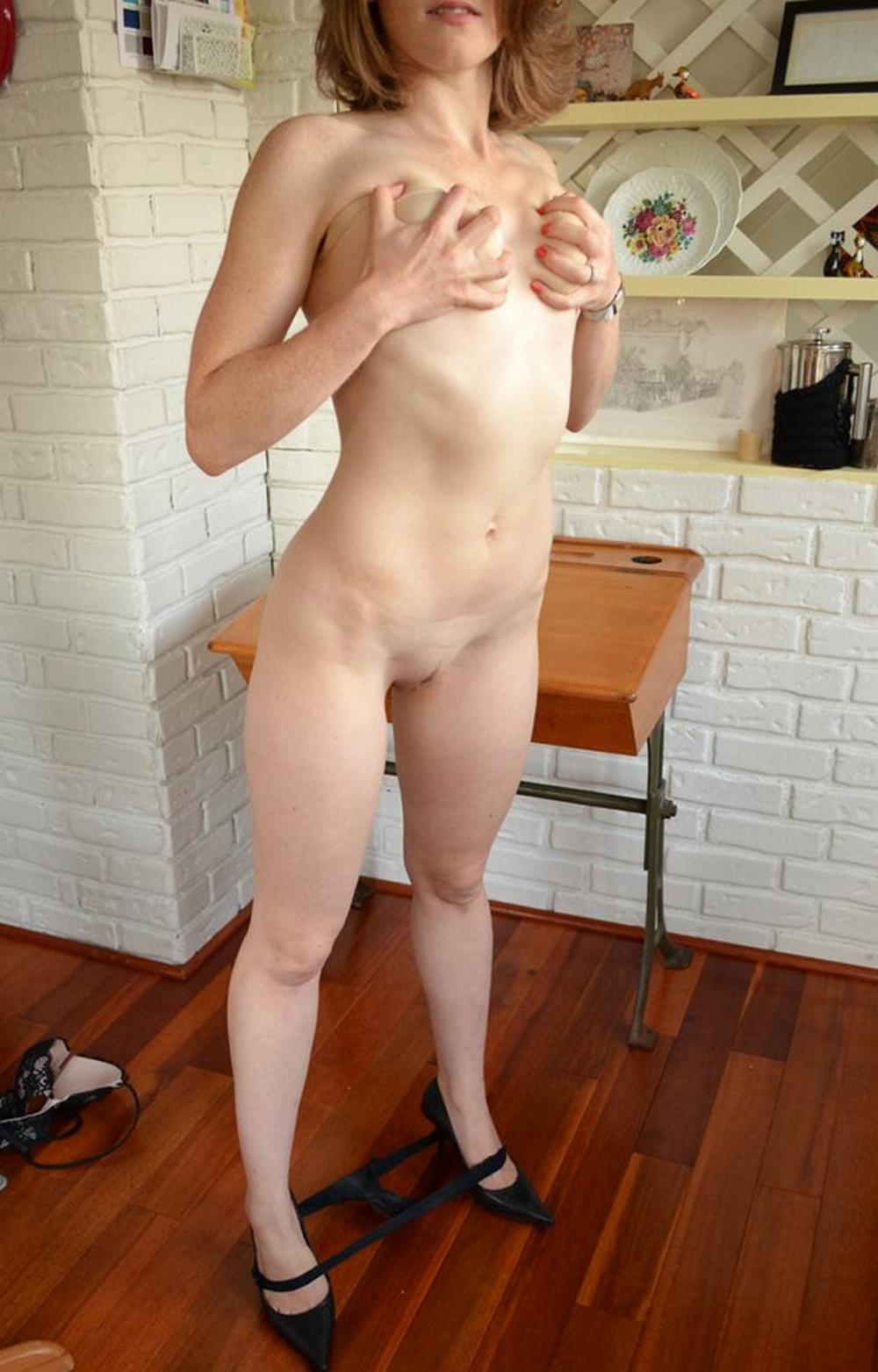 Длинноногая мамка сняла черные трусики перед любовником на кухне секс фото и порно фото