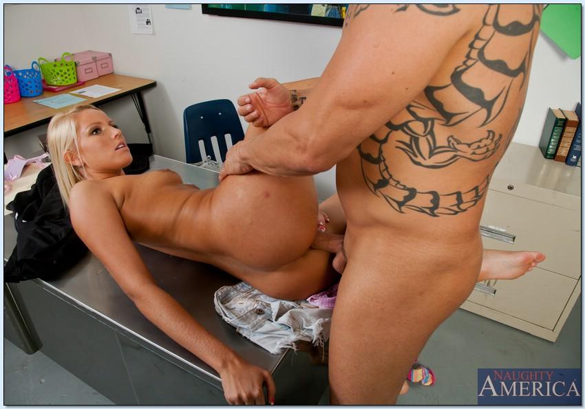 Лысый начальник дрючит секретаршу Vanessa Cage в узкую киску секс фото и порно фото