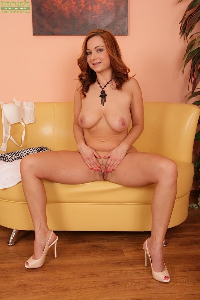 Рыжая зрелка сняла юбку и показала писю на желтом диване секс фото и порно фото