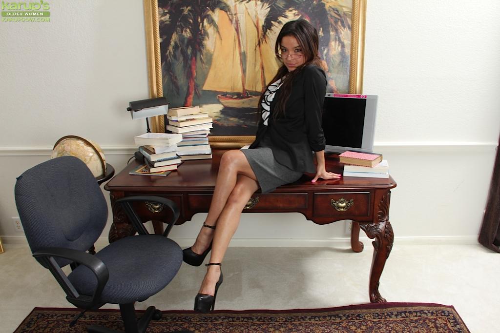 Голая секретарша Вивиан Вуд забралась на стол офиса посреди дня секс фото и порно фото