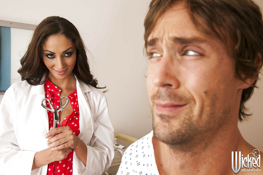 Медсестра Анжелика Сэйдж лечит член небритого больного киской секс фото и порно фото
