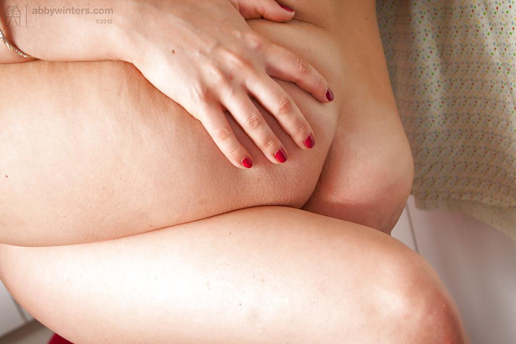 Две мамы мастурбируют и лижут пилотки на ковре кухни и полке секс фото и порно фото