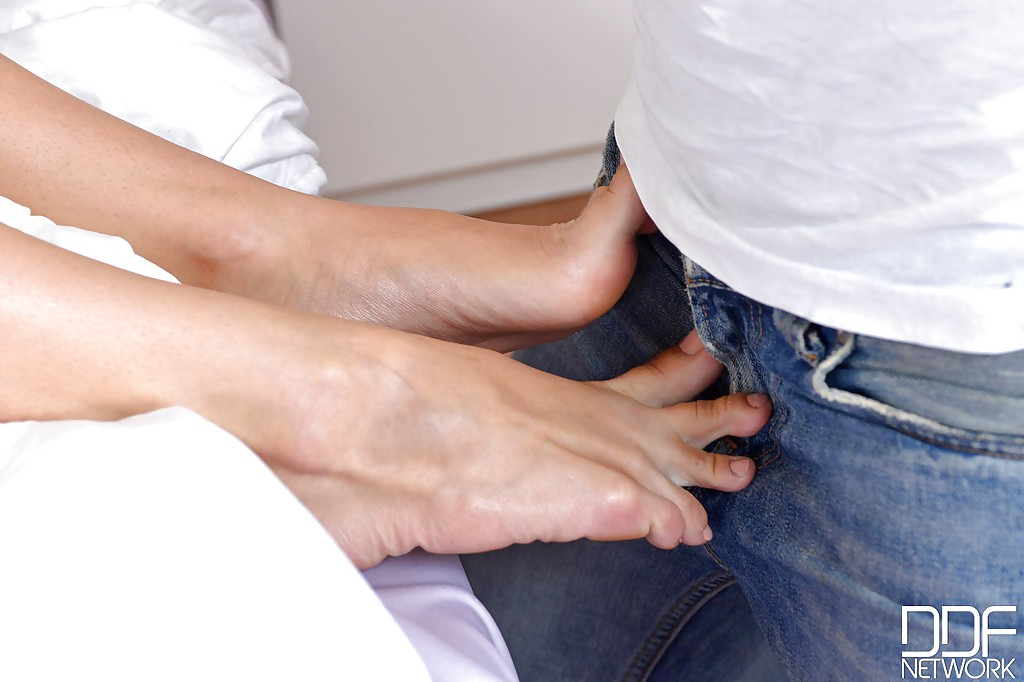Блондинка Karina Grand дрочит член ножками перед трахом в писю секс фото и порно фото