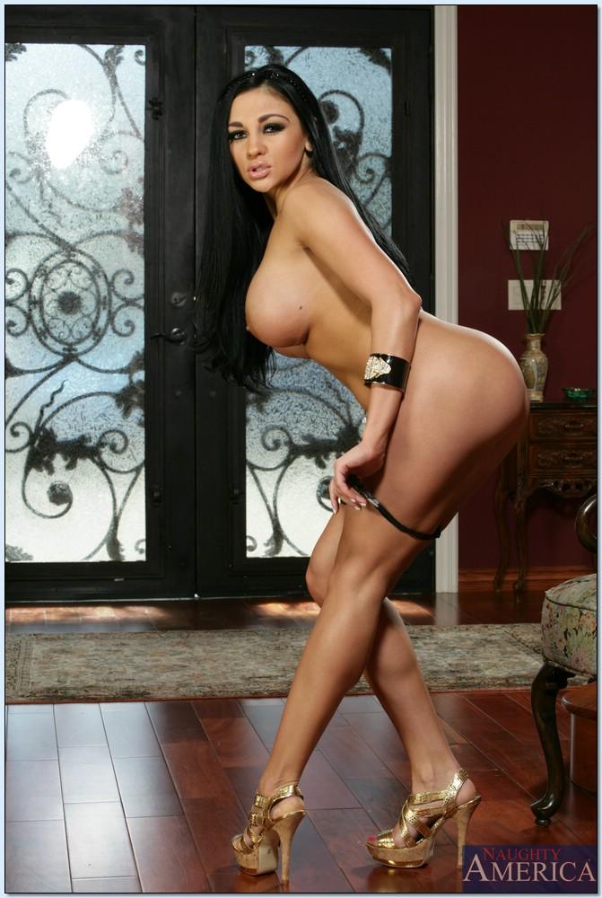 Жгучая брюнетка Одри Битони обнажила большие титьки у лестницы секс фото и порно фото