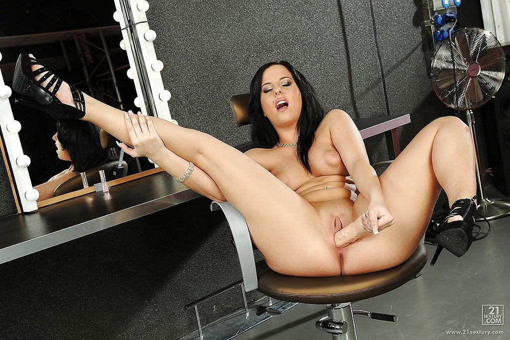 Жопастая брюнетка дрочит гладкую киску дилдаком секс фото и порно фото