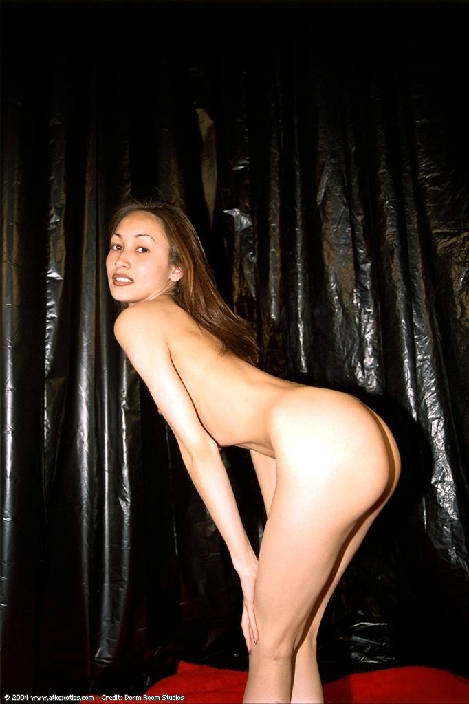 Голая телка с волосатой пиздой раздвинула ноги на красном пледе секс фото и порно фото