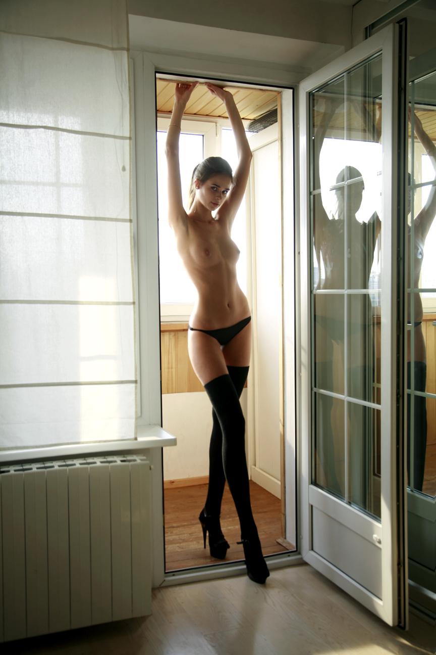 Девицы и мамки в эротических чулках позируют на камеру в подборке секс фото и порно фото