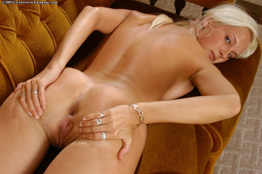 Загорелая блондинка сняла платье с сердечками на коричневом диване секс фото и порно фото