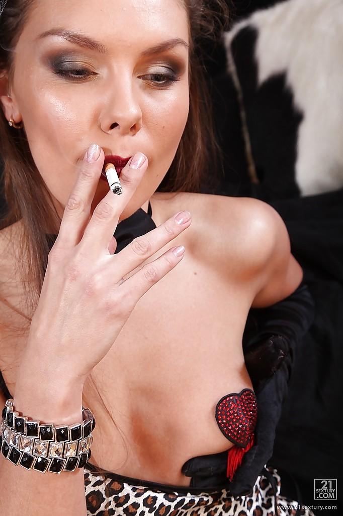 Танцовщица кабаре покурила и дрючит свой анус черным дилдо секс фото и порно фото