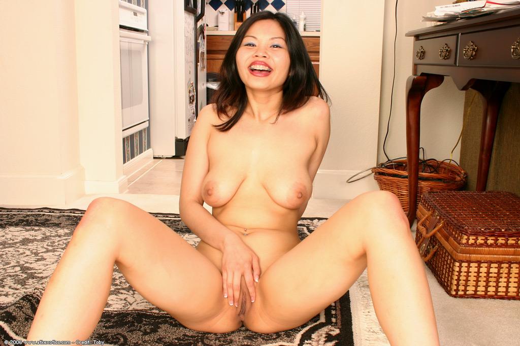 Азиатка показывает аппетитные дойки и демонстрирует лысую манду секс фото и порно фото