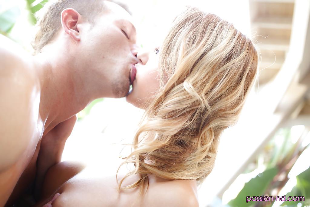 Девица взяла в рот член массажиста во время сеанса и дала в киску секс фото и порно фото