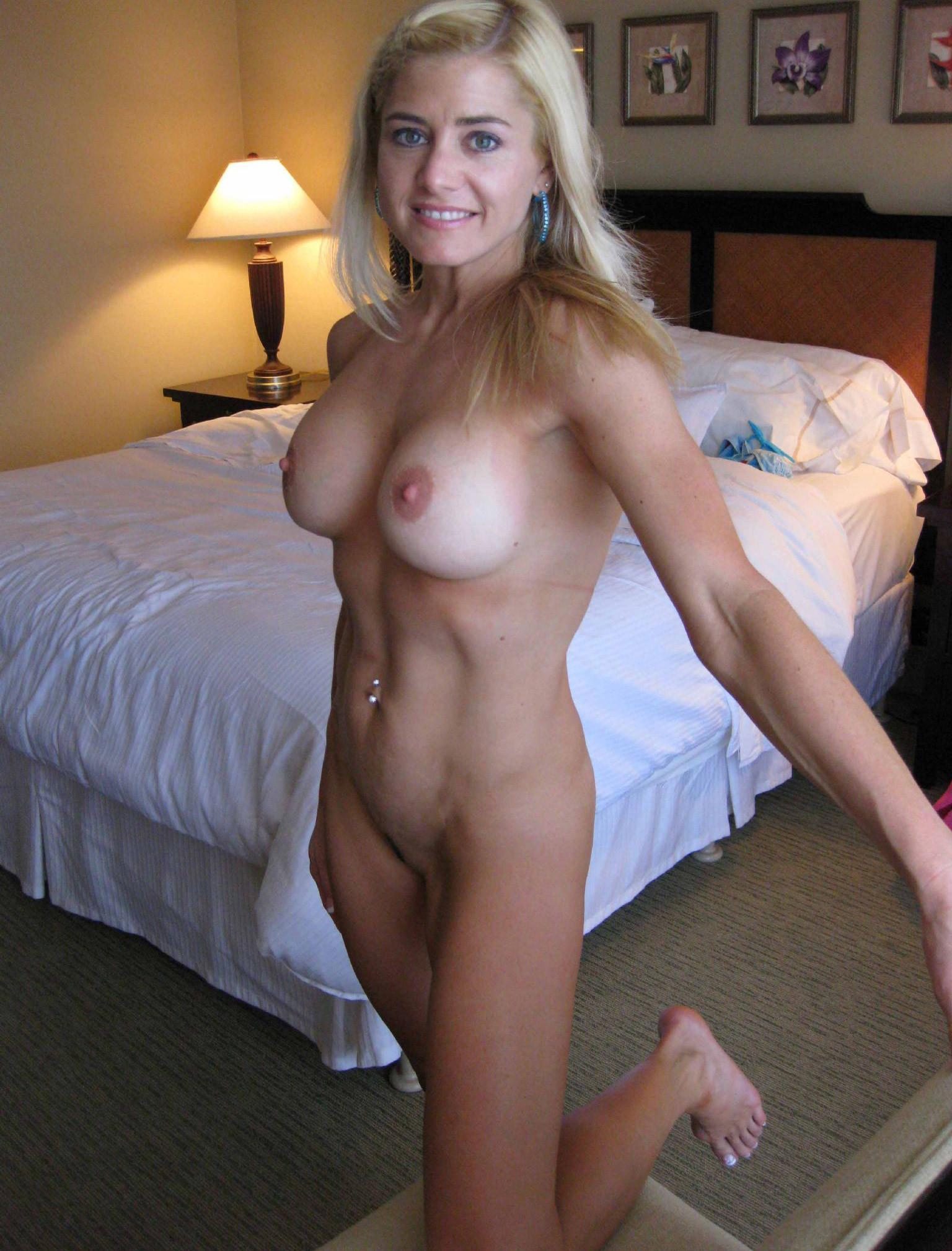 В подборке дамы в соку позируют на курорте секс фото и порно фото